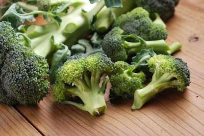 Vegetais verdes como brócolis e espinafre são fontes de nutrientes como vitamina C, carotenoides e coenzima Q10, todos importantes para uma boa saúde e reprodução das células da pele.
