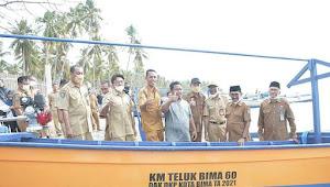 Wali Kota Bima Serahkan Kapal Penangkap Ikan Pada Nelayan | SorotNTB