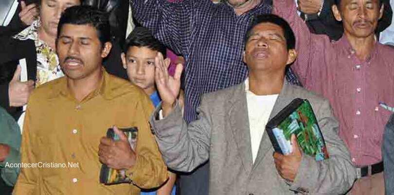 Cristianos hondureños orando