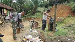 Kegiatan Rutin Prada M Sidik, Bersihkan Halaman Rumah Orang Tua Asuh