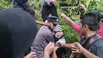 evakuasi seorang anak yang tertimpa pohon