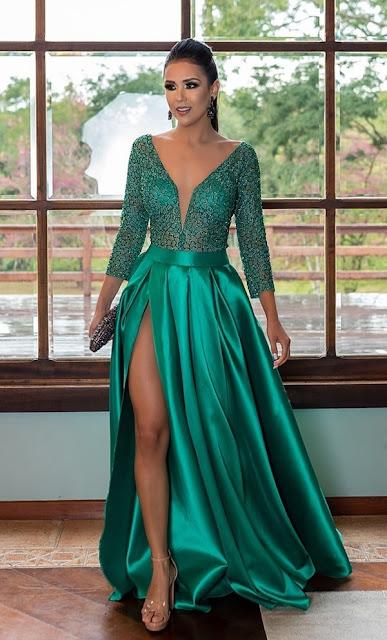 vestido longo verde esmeralda com mangas longas e saia com fenda
