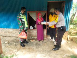 Personel Polsek Balocci beri bantuan Sembako kepada Masyarakat yang terdampak Covid 19