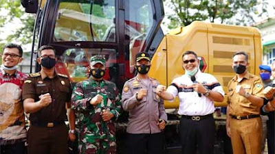 Bupati Solok Serahkan Ekskavator kepada Wali Nagari dan Camat