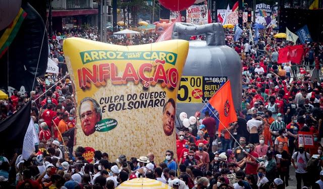 A foto mostra o arroz, botijão de gás nas manifestações do fora bolsonaro de 2 de outubro de 2021 na Av. Paulista -SP.
