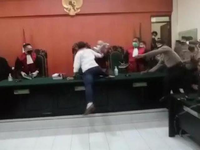 Emosi dengan Dakwaan, Aktivis Anti Masker Serang Ketua Majelis Hakim