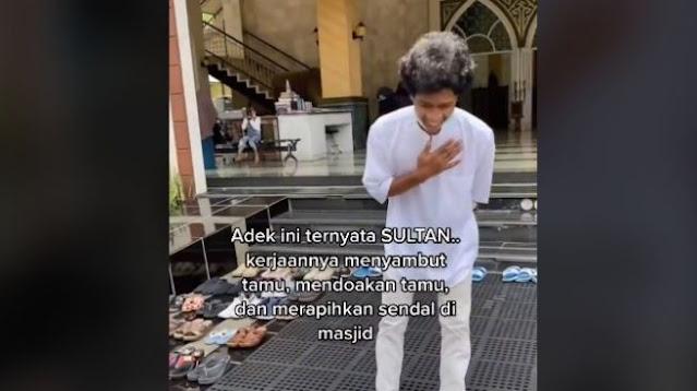 Profil Raja yang Viral Merapikan Sandal di Masjid Kubah Biru, Masih Saudara Ustaz Jefri