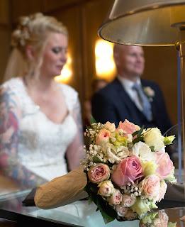 Brautpaar im Standesamt Osnabrück Brautstrauß Hochzeit Heiraten