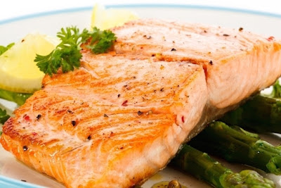 Peixes gordos como salmão, atum e sardinha são ricos em ômega-3, um tipo de gordura que ajuda a reduzir a inflamação no organismo, hidratar a pele e protegê-la dos danos dos raios UVB, que têm grande influência no envelhecimento precoce da pele no aparecimento de manchas.