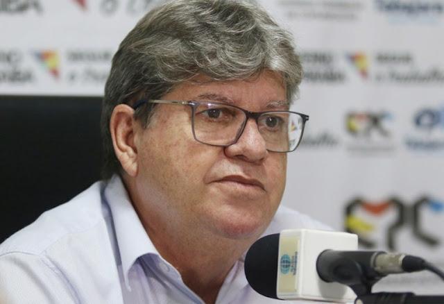 João Azevêdo inspeciona obras na região de Patos nesta quinta