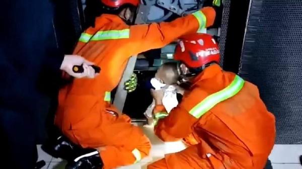 Detik-detik Evakuasi 5 Orang Termasuk Bayi Terjebak di Lift di Jaktim