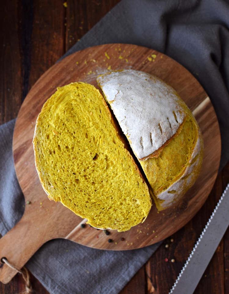 Pan de cúrcuma y pimienta: corte y miga