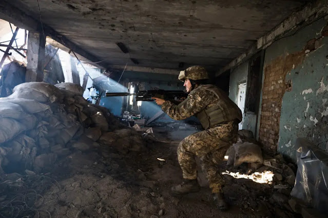 A Ukrainian Army soldier from the 92nd Battalion moves to a fighting position at the Shakta Butovka coal mine in Avdiivka, Donetsk after the gunfire of the separatists. Photo: Al Jazeera