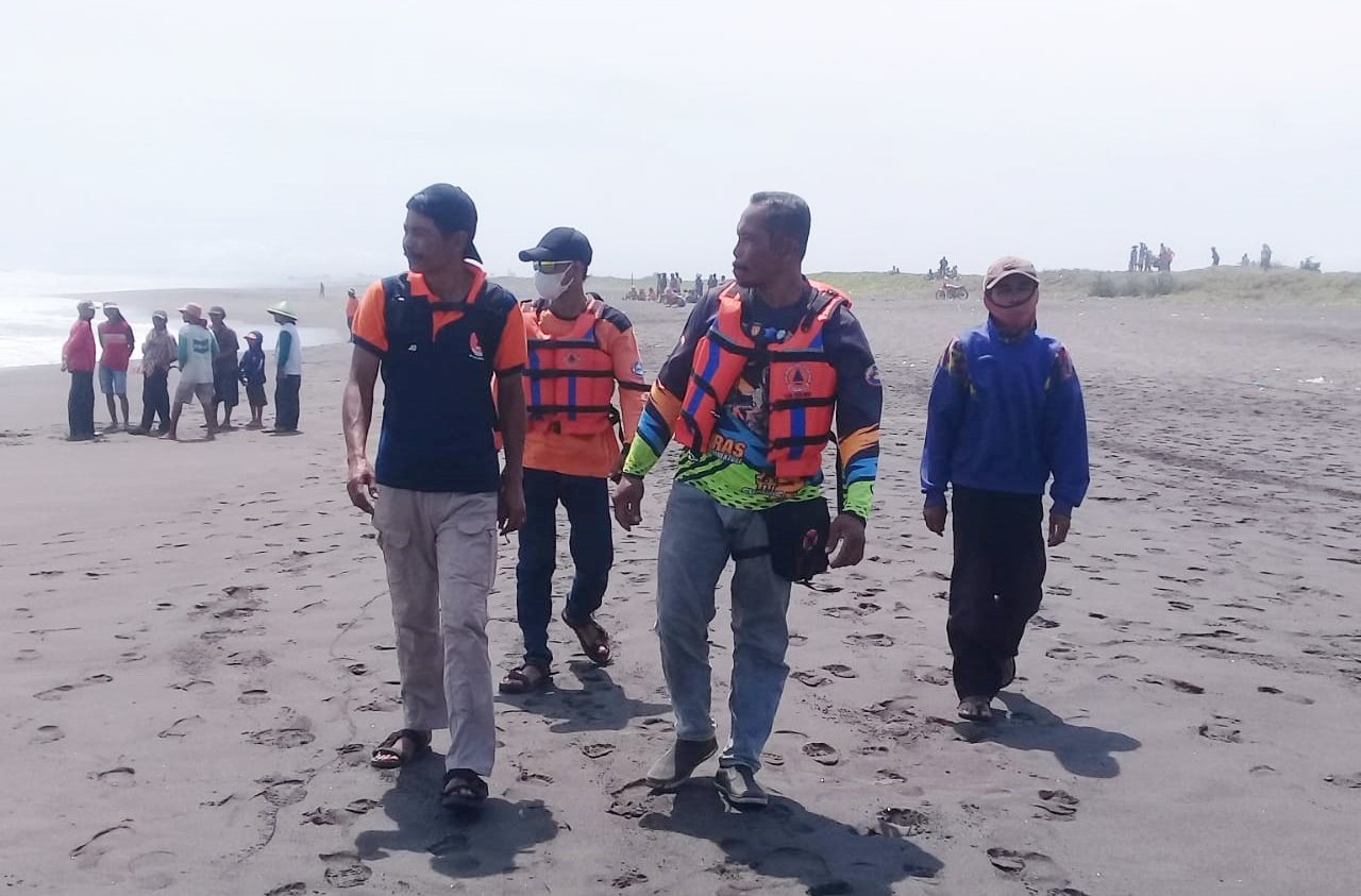 Dua Nelayan Terseret Ombak saat Menebar Jaring di Pantai Sumberjati Ambal