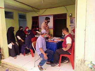 Kapolsek Anggeraja Polres Enrekang Bersama Bhabinkamtibmas Hadiri Vaksinasi Di Desa Binaanya