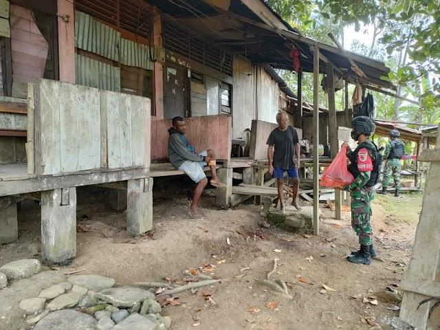 TNI Bagikan Paket Sembako, Kepada Masyarakat Di Tapal Batas