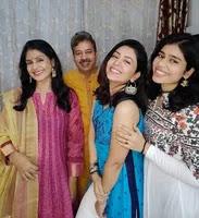 नेहा सरगम अपने परिवार के साथ