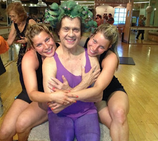 Picture of Richard Simmons with two beautiful ladies