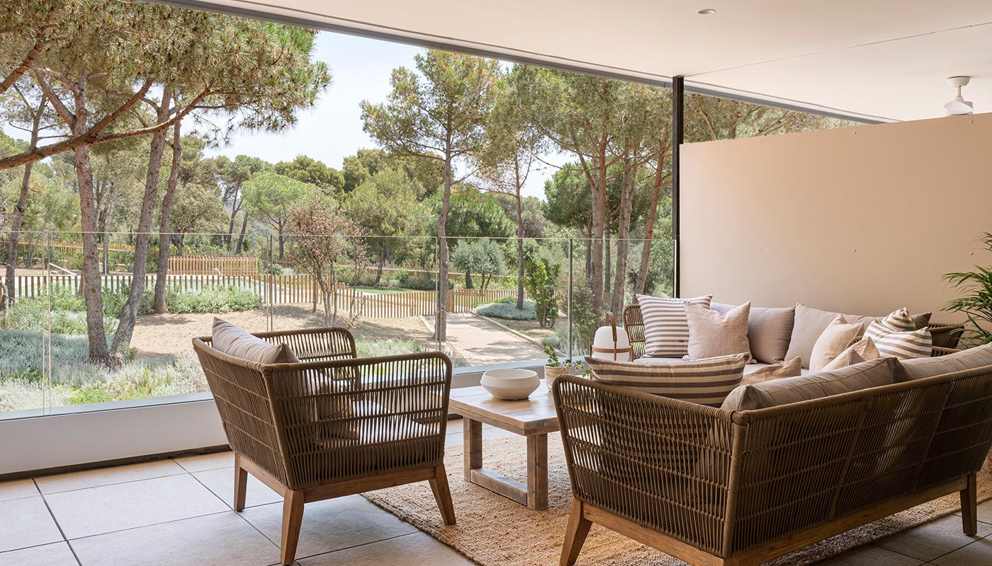 Terraza con muebles de fibras naturales