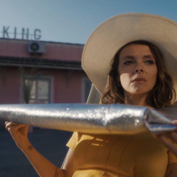 """Laure Briard nous emmène dans son univers chaleureux avec le clip de son titre """"Não Me Diz Nada""""."""