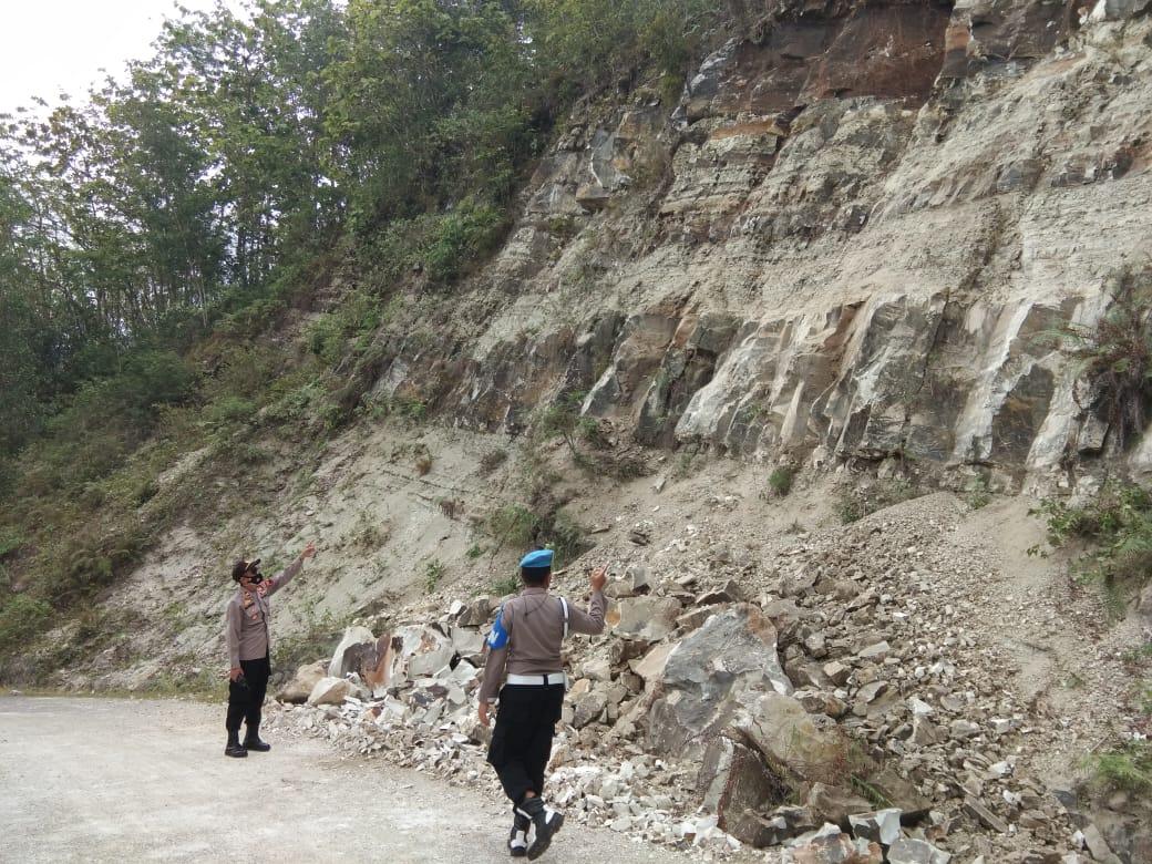 Jalan Wadasmalang-Plumbon Longsor, Polisi Singkirkan Batu dari Tengah Jalan