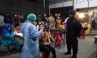 Nongkrong di Malam Hari, Personil TNI-POLRI dan Satgas Covid-19 Lakukan Swab Kepada Warga