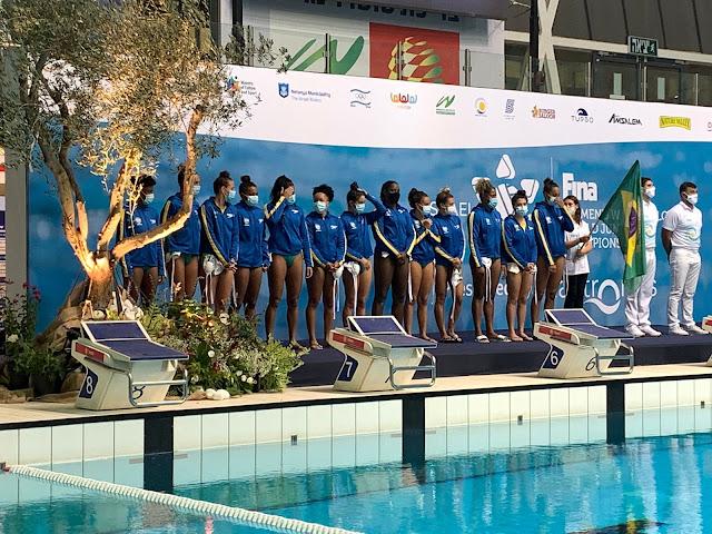 Seleção feminina sub-20 de polo aquático do Brasil enfileirada antes do início de uma partida