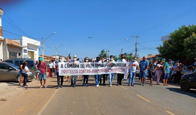 Manifestantes protestaram em Paramirim contra adutora Zabumbão-Boquira