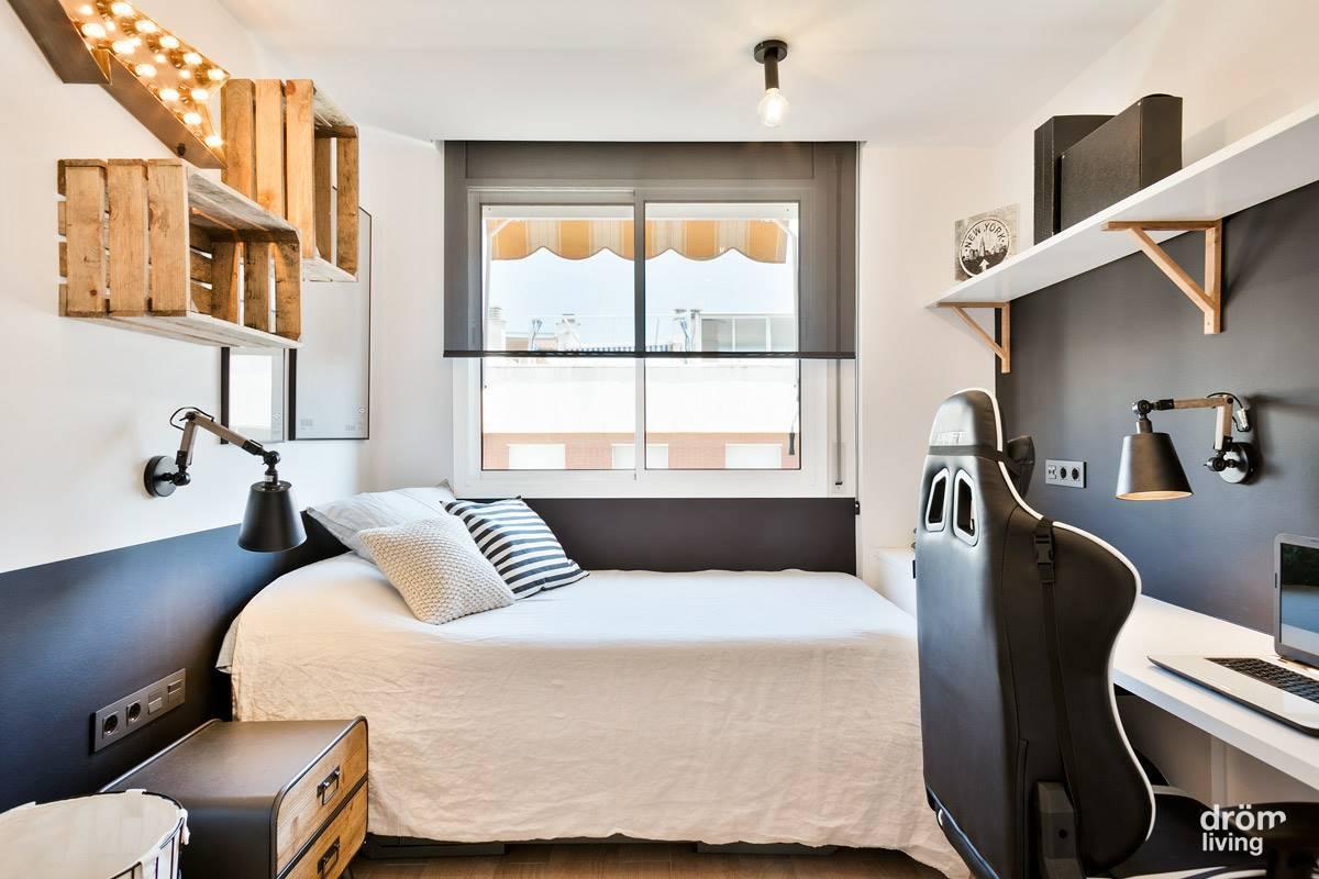 Dormitorio adolescente después con cama bajo la ventana