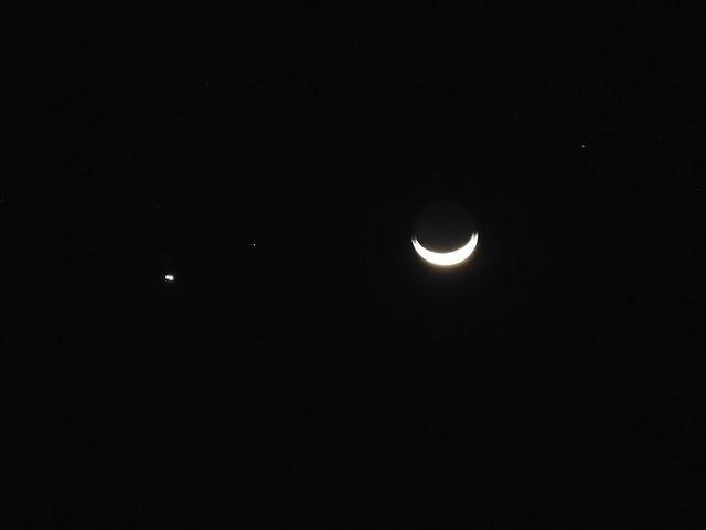 Por que é comum observarmos Vênus ao lado da Lua?