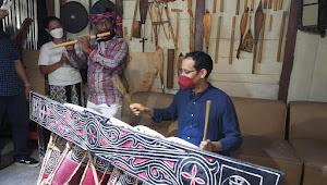 Dikunjungi Menteri Nadiem Makari ke Sanggarnya, Martahan Sihotang Terharu Nangis