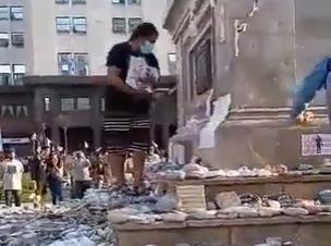 #Indignación: Manifestante rompieron el homenaje a los fallecidos de coronavirus VIDEO