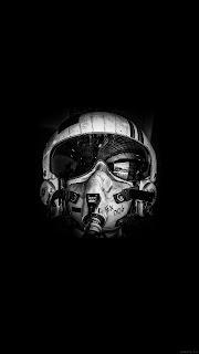 Шлем летчика на черном фоне.