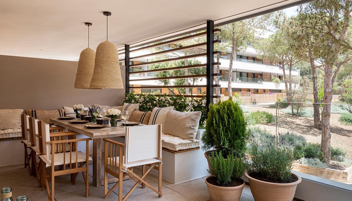 Mobiliario de terraza con banco de obra y sillas de director plegables