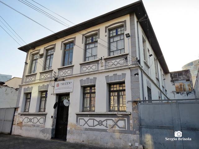 Vista ampla de uma antiga edificação na Rua Cardeal Arcoverde - Pinheiros - São Paulo