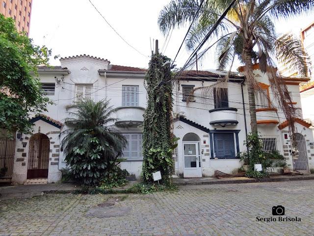 Vista ampla de um conjunto de assobradados antigos em uma pequena Vila - Jardim Paulista