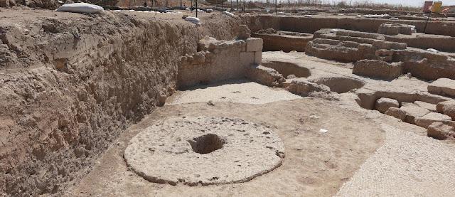 Στο κέντρο του κύκλου τοποθετούνταν η πρέσα για να πιέσει τα σταφύλια στο πάτωμα.