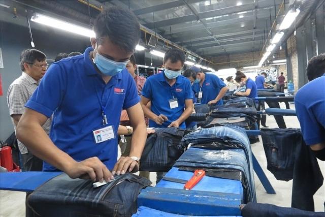 Công nhân tại công ty may Phong Phú