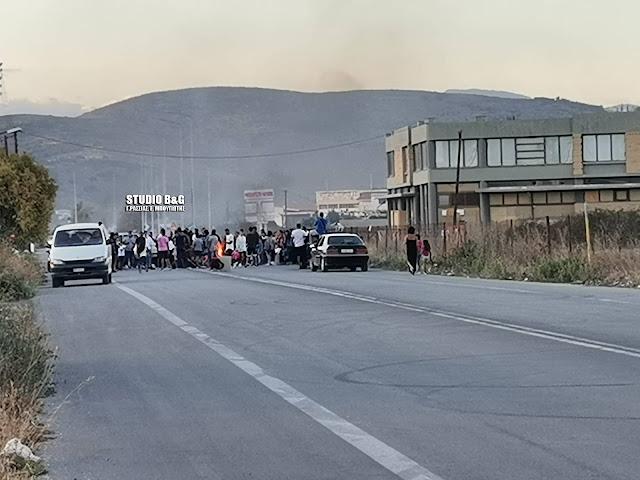 Ρομά έκλεισαν δρόμο στην Αργολίδα - Διαμαρτύρονται για τον θάνατο του 20χρονου στο Πέραμα