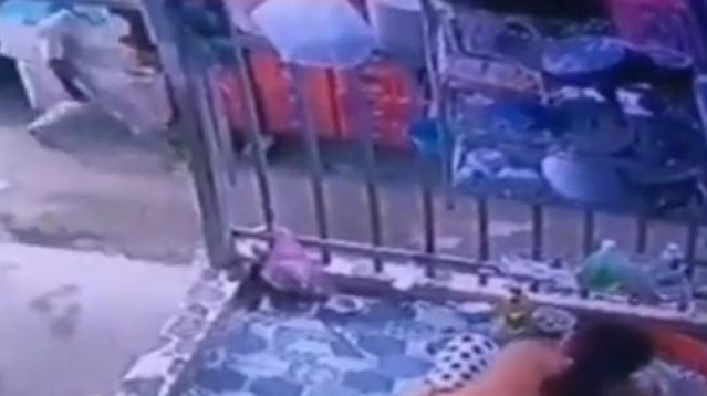 Viral Ibu Ini Berlagak Cuci Piring Hindari Kejaran Petugas, Netizen Colek Deddy Corbuzier