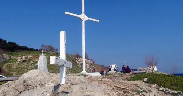 Δικάζονται γιατί έστησαν ξανά τον σταυρό που «άγνωστα άτομα» είχαν βανδαλίσει