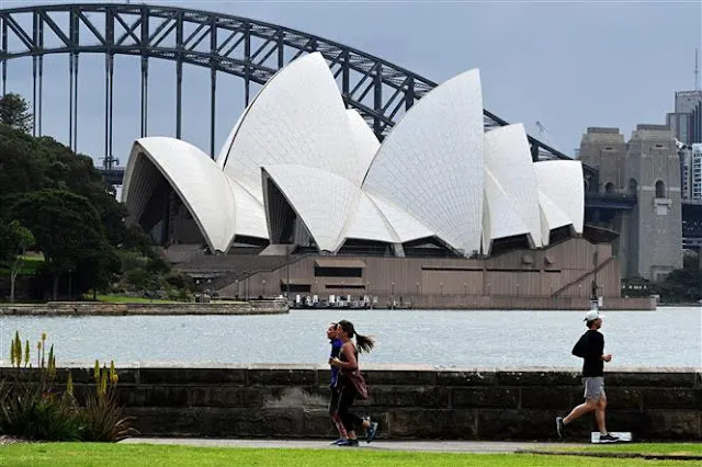 People exercise at the Harbor Bridge area in Sydney, Australia on September 13. Photo: AFP