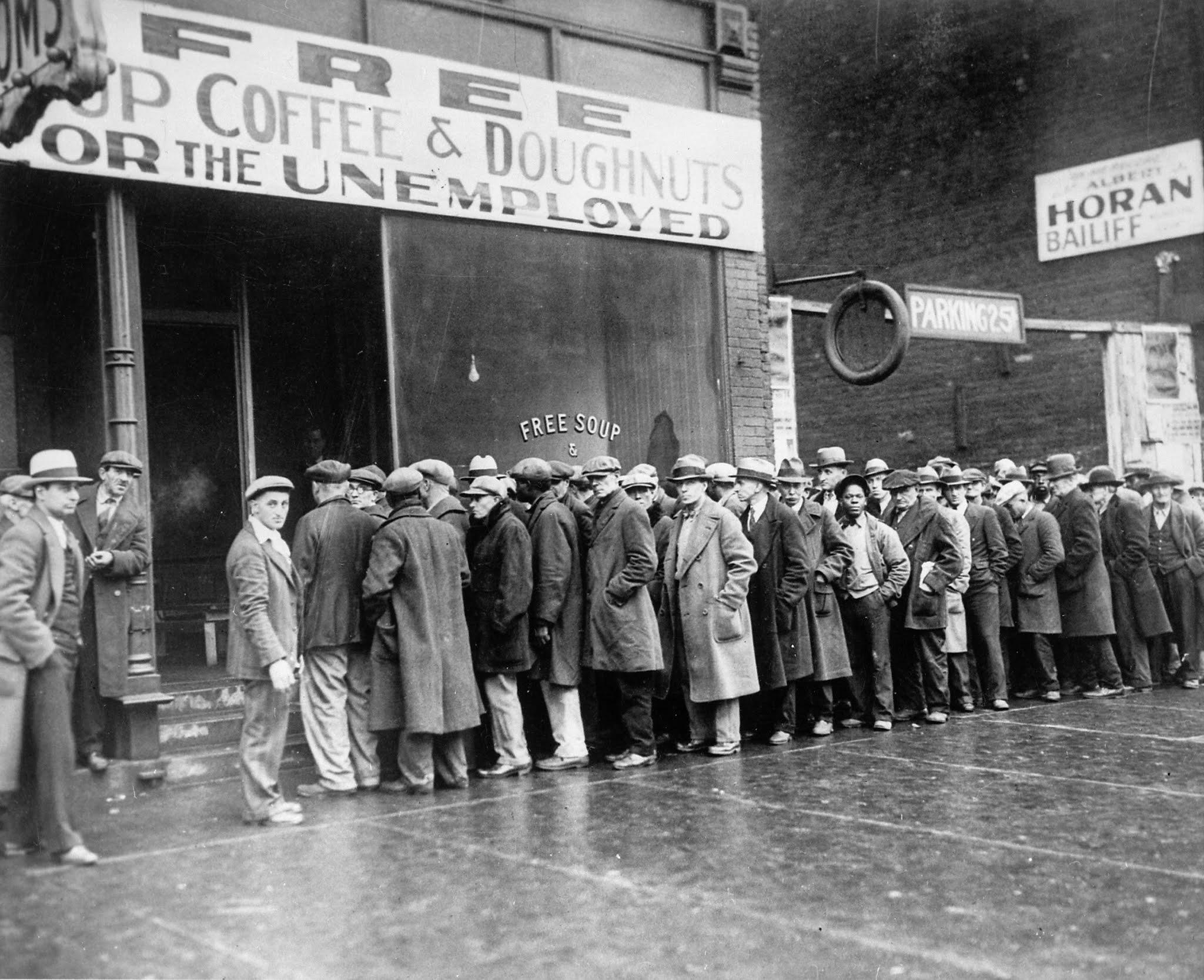 Bezrobotni w Chicago stoją w kolejce po darmową zupę z jadłodajni Ala Capone.