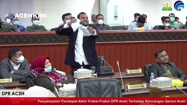 Anggota DPR Aceh Irfansyah merobek jawaban Gubernur Aceh
