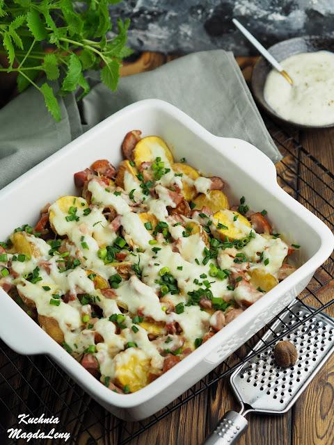 Zapiekanka wiejska z pieczonymi ziemniaczkami i sosem beszamelowym