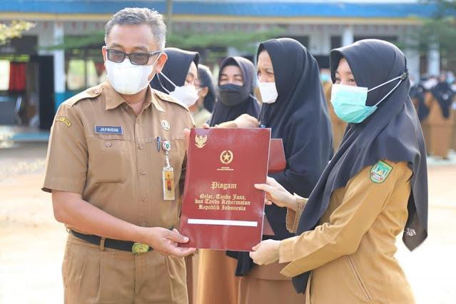 Sekda Kota Batam Menyerahkan Penghargaan Satya Lencana Karya Satya kepada 164 Guru
