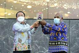 Menkeu Sri Mulyani Beri Penghargaan kepada 9 Pemda di Papua