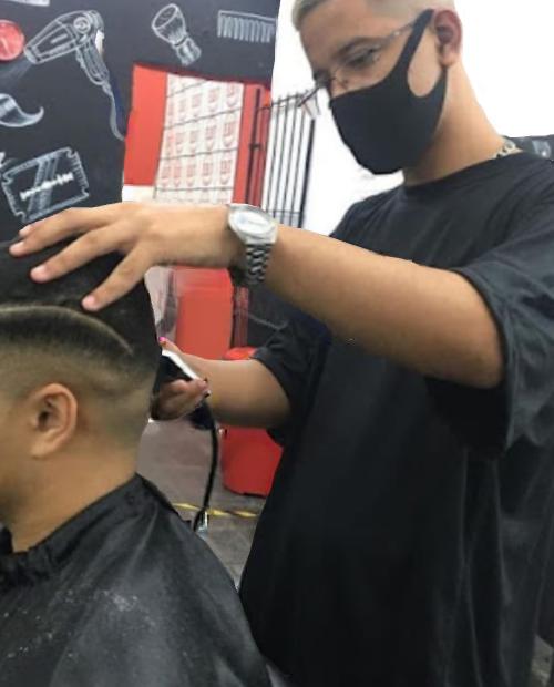 Jovem de 17 anos dedica tempo livre para cortar cabelo de pessoas em situação de rua