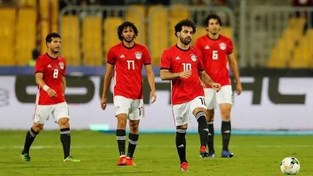 لاعب أستون فيلا يهنئ المنتخب المصري عقب الفوز علي ليبيا