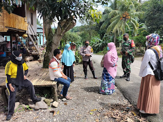 Silaturahmi Dengan Warga, Bhabinkamtibmas Polsek Enrekang Ajak Warga Tetap Patuhi Prokes